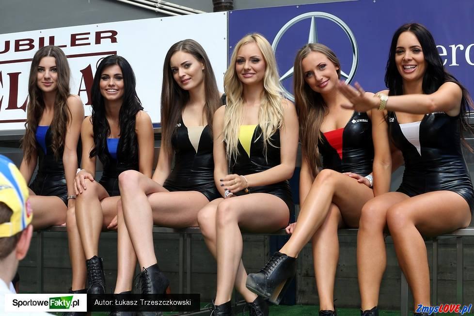 Ładne dziewczęta na wyścigu