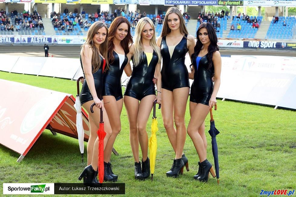 Dziewczęta przed meczem żużlowym